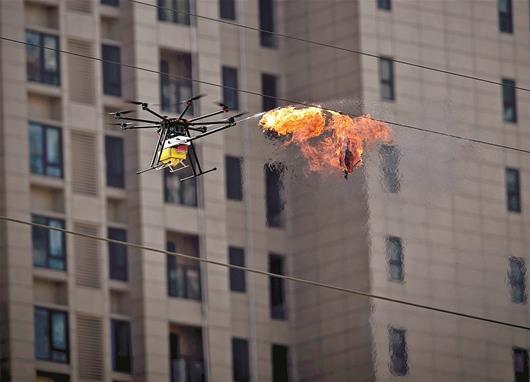 武汉女子无人机飞行队操纵无人机喷火除险情