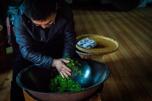 """江西景德镇:从枝头叶到杯中茗 镜头记录茶叶的""""蜕变"""""""