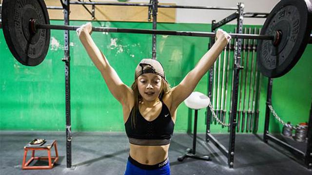 美10岁女孩练举重4年 现可举起90斤杠铃