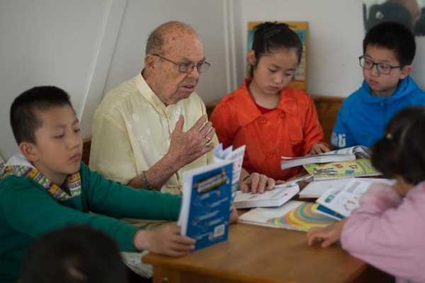 八旬美国教授移居中国 免费教孩子学英语