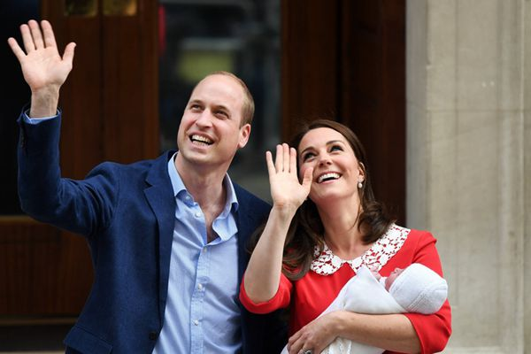 英国凯特王妃产子 抱三胎小王子首亮相
