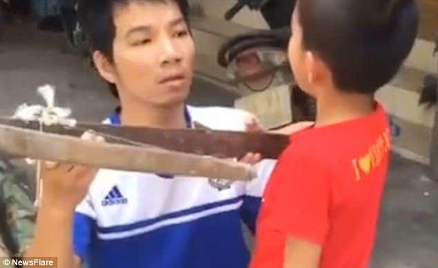 活久见!越南一父亲教儿子用弓箭拔松动牙齿