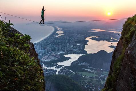极限运动者里约高空走绳索 壮阔美景引人惊叹