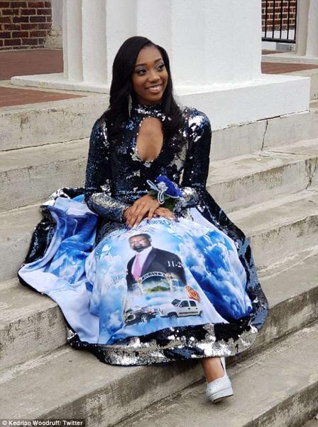 美国女孩穿印有父亲头像礼服参加毕业舞会