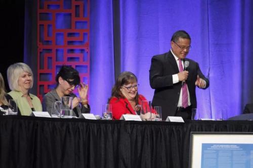 图为温哥华市议员雷健华(右一)发言时一度哽咽,同场市议员亦有人感慨落泪。