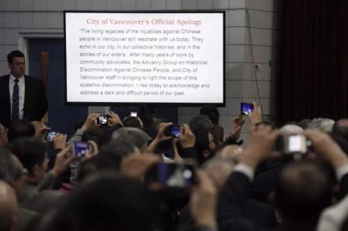 图为现场屏幕显示道歉内容的英文文本。