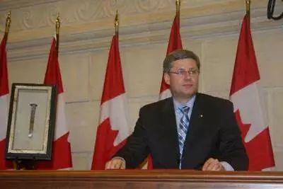 """2006年,加拿大总理哈珀就""""人头税""""政策向华人道歉。"""