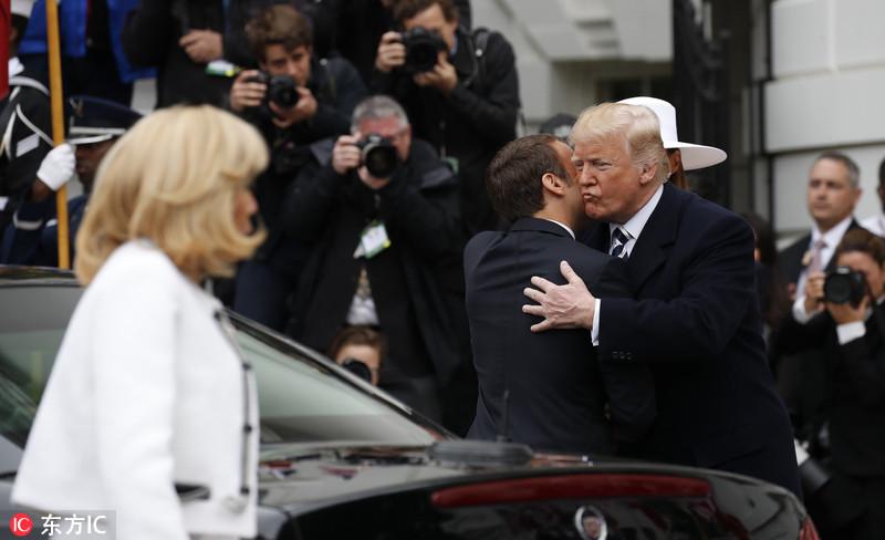 """特朗普为马克龙举行欢迎仪式 """"握手杀""""又尴尬上演"""