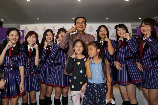 泰国总理巴育接见人气女团 学戳脸拍照模样可爱