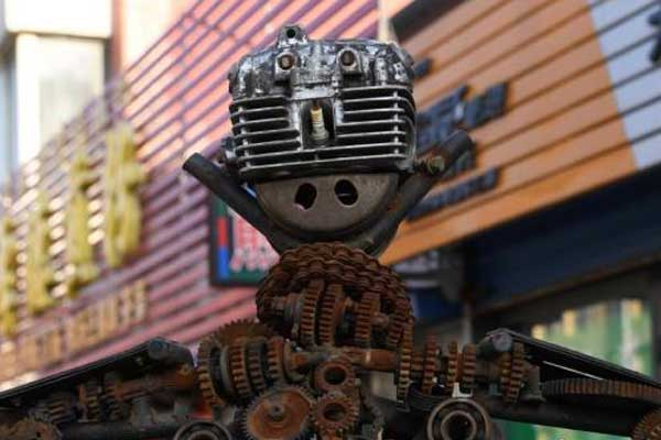 吉林修理工用废旧摩托车零件制成机器人