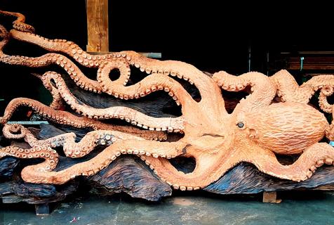 美国雕刻师数月雕刻出5.5米长红木巨型章鱼