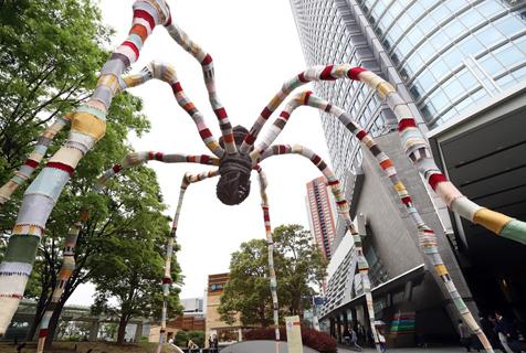 东京街头蜘蛛雕像穿上针织外套