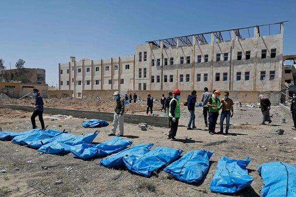 """叙利亚拉卡发现""""伊斯兰国""""集体墓穴 挖出近50具尸体"""