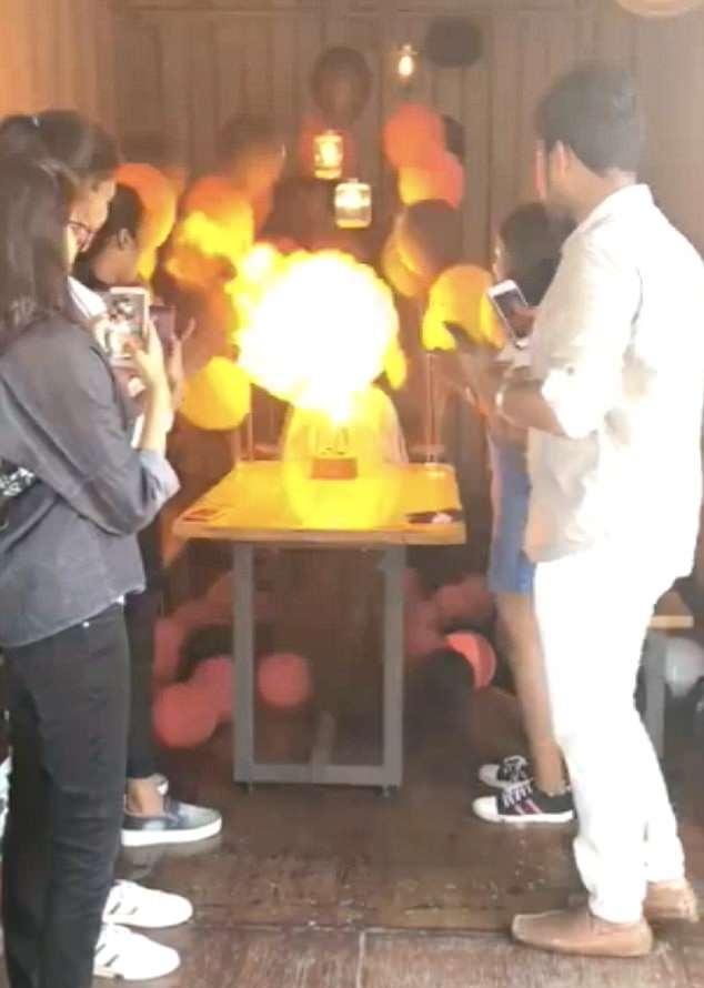 印女孩点燃生日蜡烛引氢气球爆炸 身陷火海惊险万分