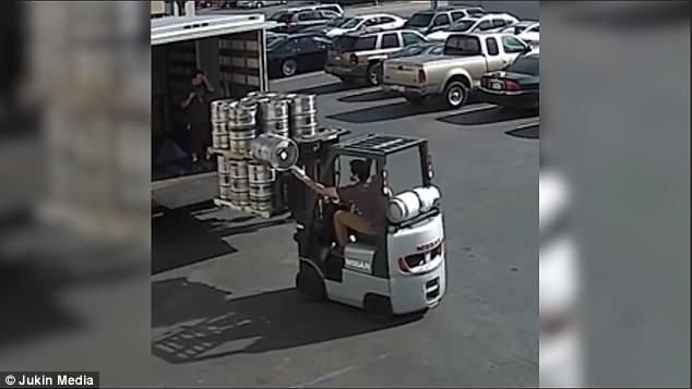 神反应!美叉车司机开车时一手接住掉落酒桶