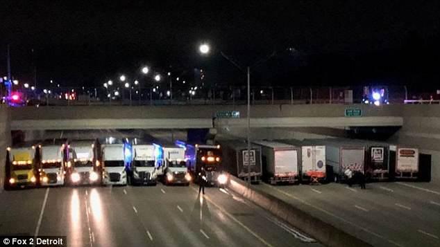 美警方调集13辆卡车堵在天桥下防止轻生男子自杀