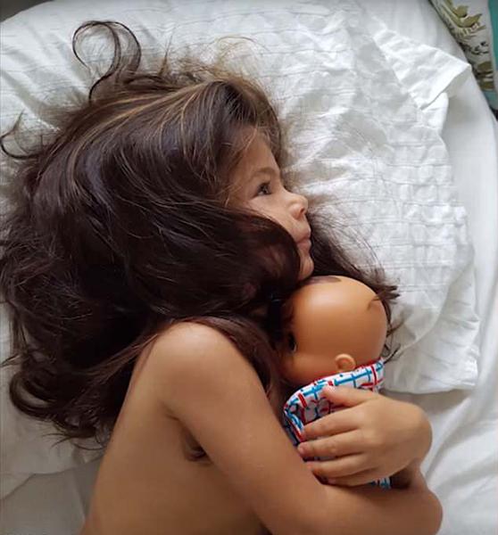 羡慕!澳两岁女童满头浓密秀发获模特公司签约