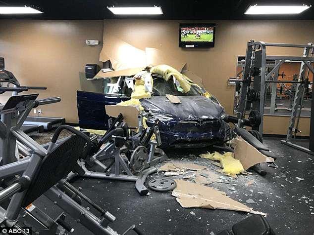 特拉斯破墙撞入健身房 女司机称踩了刹车却加速