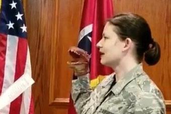 女兵戴玩偶宣誓被解职
