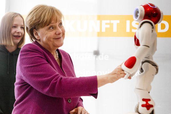 """德国总理默克尔被机器人""""调戏""""表情夸张"""