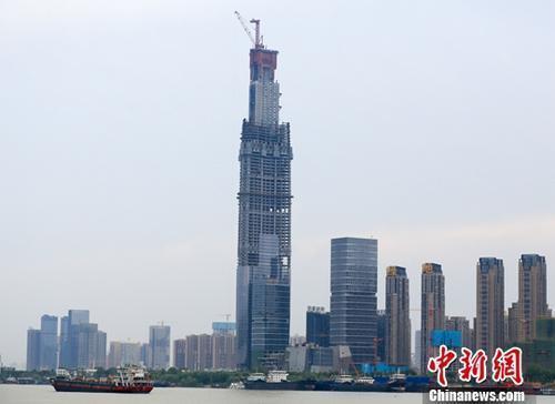 资料图:正在建设中的武汉绿地中心。中新社记者 张畅 摄