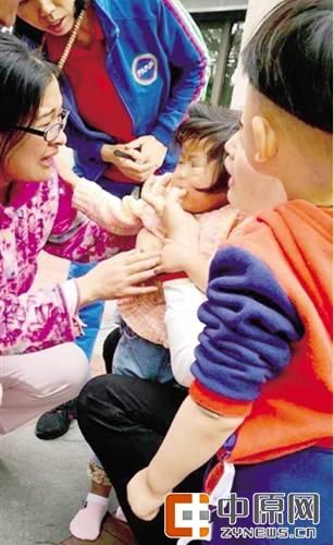 2岁女童奶糖卡喉 女护士:用我一根手指换孩子的命都值