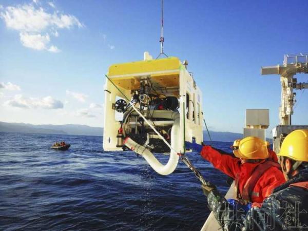 日本海底机器人可自动航行捕获生物 在海底采贝壳