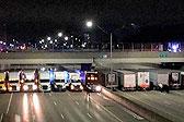 美警方调集13辆卡车堵天桥下防止男子自杀