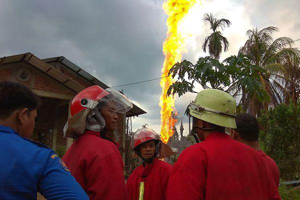 印尼一油井着火火柱冲天 造成15人死亡40人受重伤