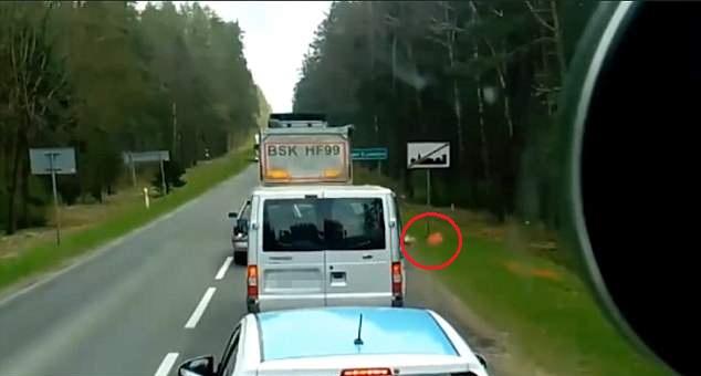 大快人心!波兰一车主向车外乱扔垃圾遭后车主教训
