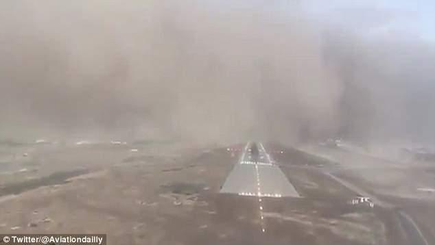 很稳了!实拍沙特一客机降落后冲进滚滚沙尘暴