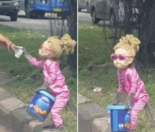 怪诞!印尼一猴子被打扮成洋娃娃路边表演乞讨