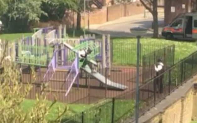 英警察执勤时玩滑滑梯被曝光 媒体调侃:怪不得