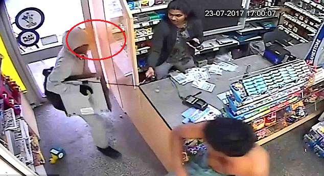 英商店店主遇劫匪抢劫 狂撒辣椒粉逼退劫匪
