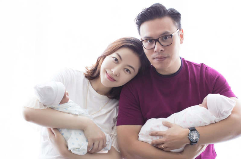 熊黛林晒和老公抱双胞胎女儿照 还没选好名字