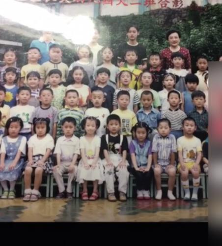 黄子韬幼儿园合影曝光 天生黑眼圈遭网友调侃