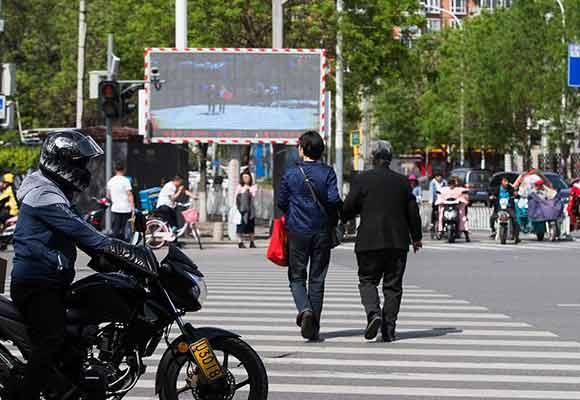 北京试点行人闯红灯大屏幕直播 与个人信用挂钩