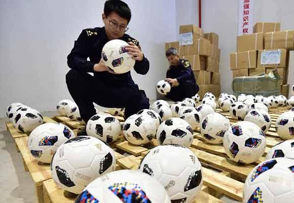 俄罗斯世界杯临近 义乌海关查获首批世界杯侵权用球