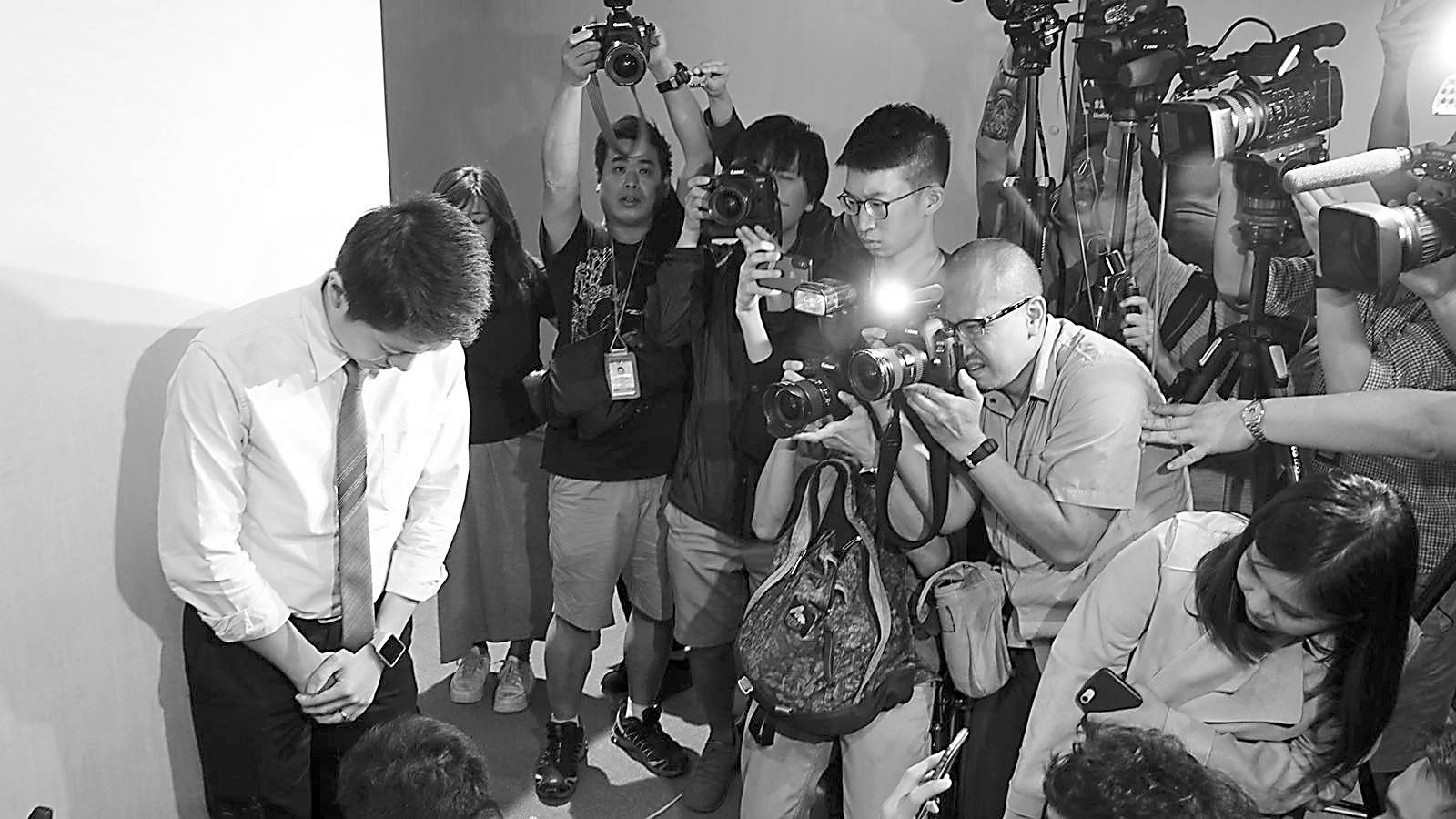 泛民议员抢手机在港惹众怒 港媒批:卿本议员,奈何做贼?