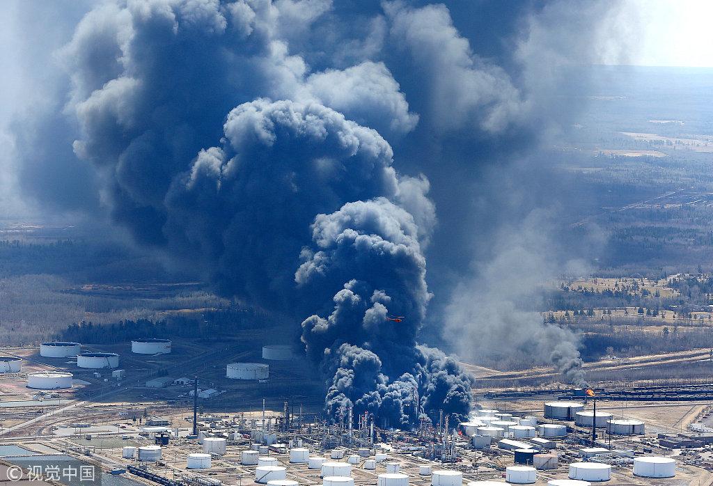 美国一炼油厂爆炸造成多人受伤 现场浓烟滚滚