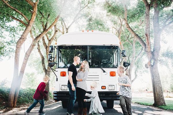 美夫妇改装二手校车带两儿一女体验快乐旅行生活