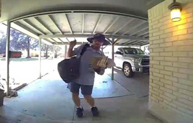 美邮递员在居民家门口热舞 舞姿灵动憨态十足
