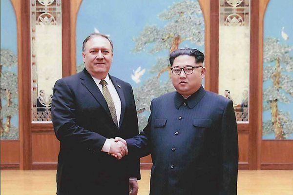 美国公布蓬佩奥赴朝与金正恩会谈画面