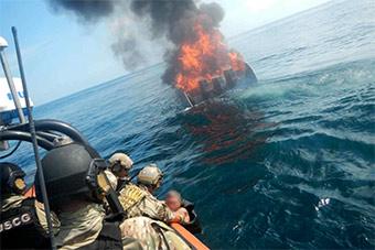 美多个强力部门联合拦截一艘运毒快艇 现场火爆