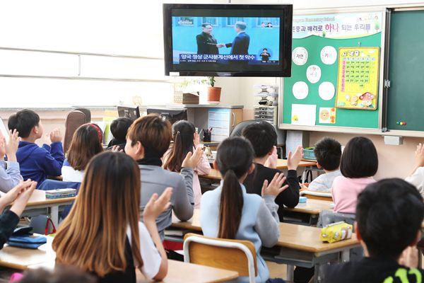 朝韩首脑举行历史性会晤 韩国学生观看电视直播拍手鼓掌