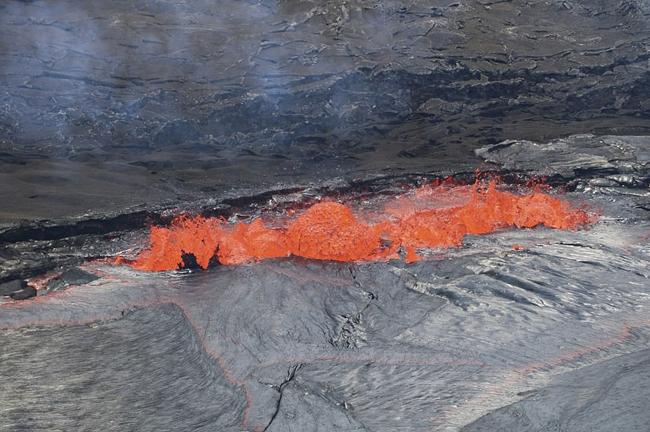 夏威夷基拉韦厄火山顶岩浆湖岩浆涌动场面壮观