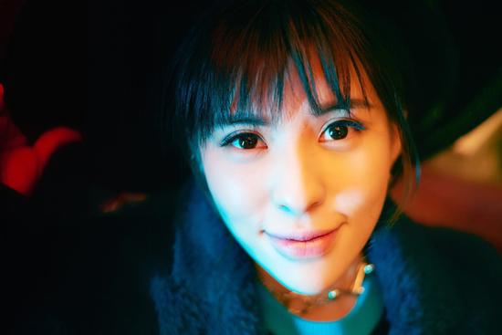 歌手贝贝最新写真曝光  少女力满分笑容超治愈
