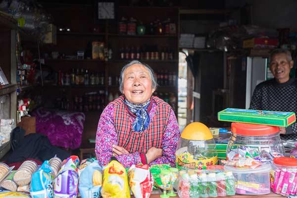 七旬老人经营小卖部近五十年 仍用算盘结账