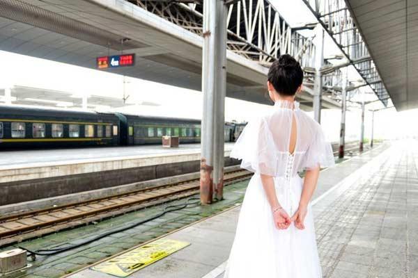 浪漫!新娘穿着婚纱迎接军人丈夫凯旋