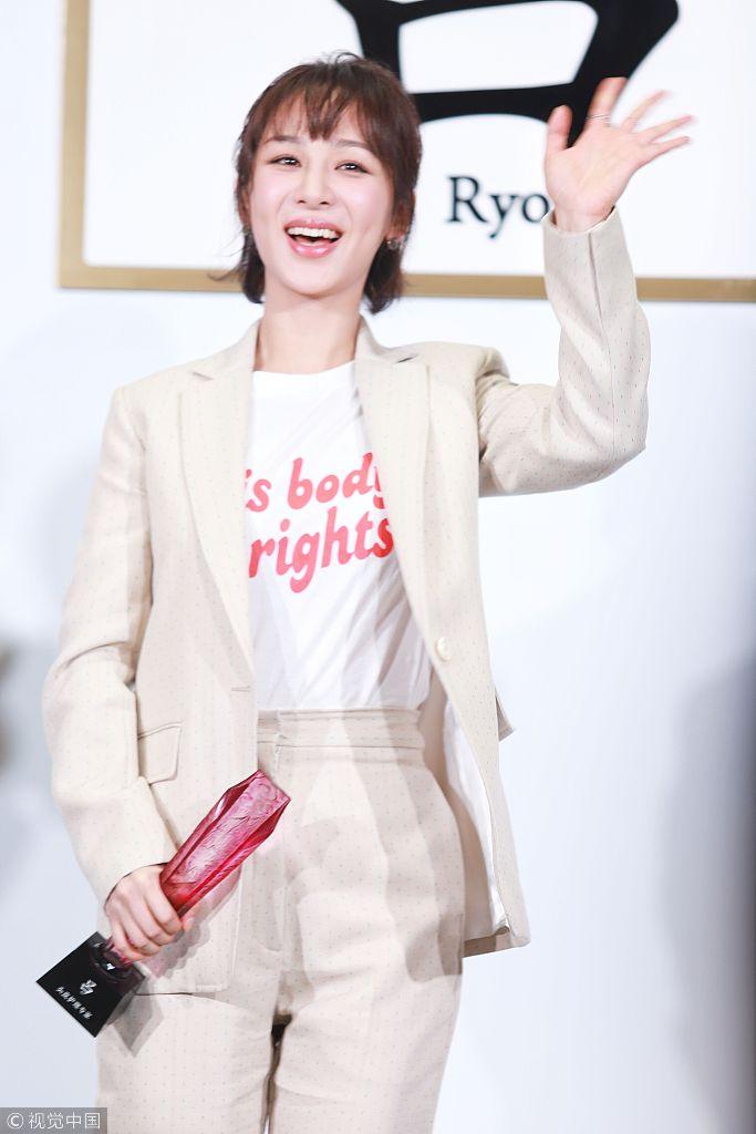杨紫穿浅色系西装似职场小白领 圆脸抢镜